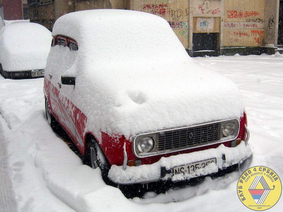 Renault 4 pod snegom